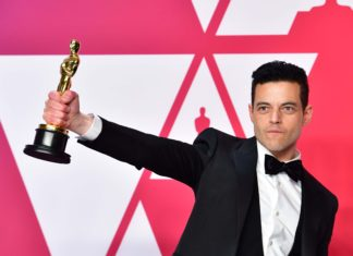 Rami Malek cai no palco do Oscar