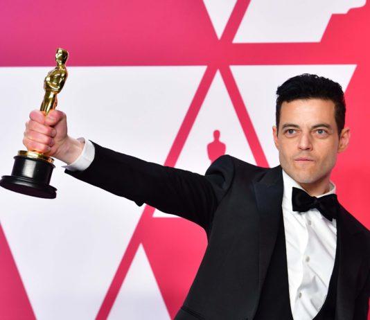 Rami Malek cai no palco do Oscar