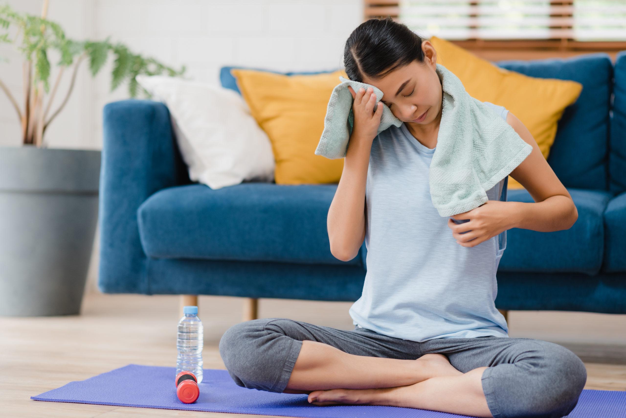 Confira 5 exercícios para fazer no sofá da sua casa - Campinas Cafe