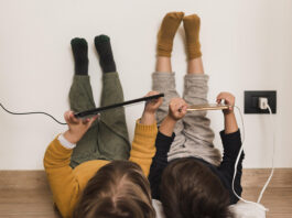 crianças mexendo em tablet