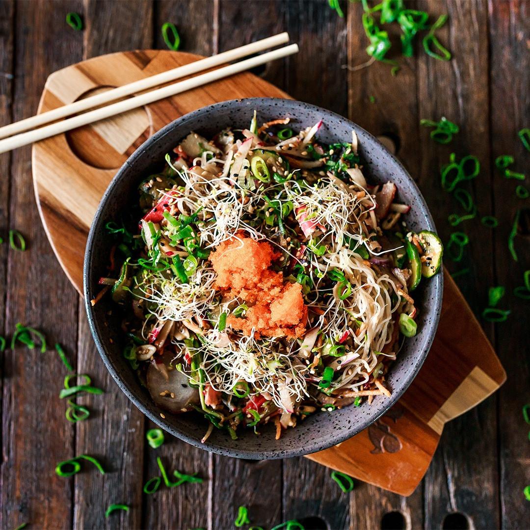 Saladinha com Bifum massa de arroz cebola roxa cenoura rabanete cebolinha amendoim gergelim broto alfafa massago folhas de rúcula rasgadas sunomono kani e gengibre.⠀